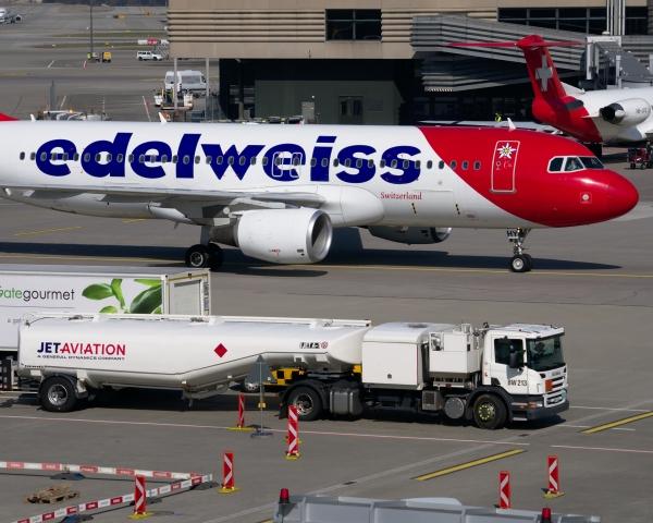 Aircraft refuelling tanker
